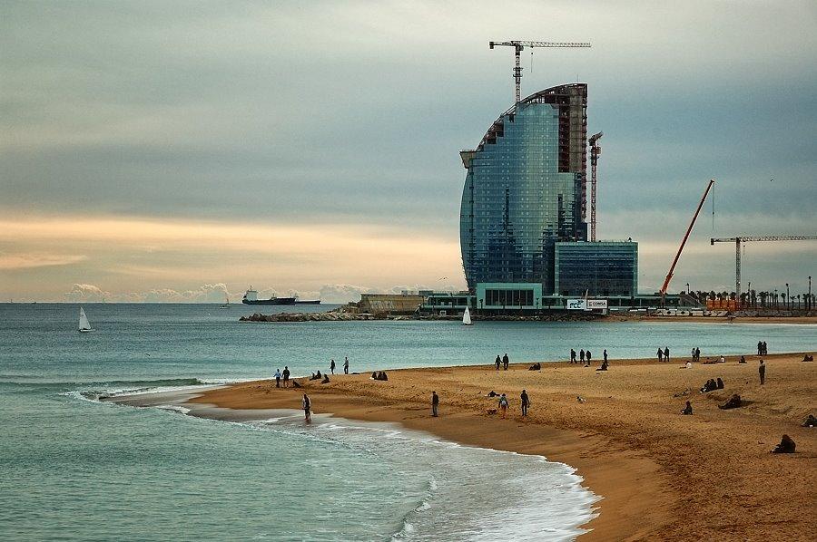 Inaugurado el Hotel Vela de Barcelona, ¿dónde está la Ley de Costas ahora?